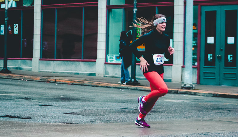 woman finishing 10k 800